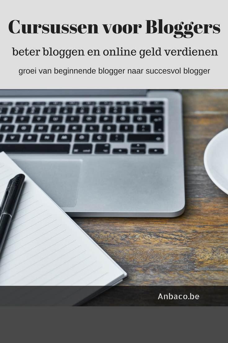 Houten tafel met laptop en notitieblok - Cursussen voor bloggers